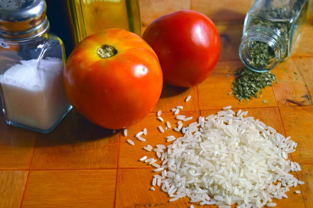 Reis, Tomaten und Basilikum. Gesundes und vegatarisches Reisgericht aus der italienischen Klosterküche. Einfach zubereitet wird es auch gerne zur Stärkung in der Genesungsphase kredenzt.