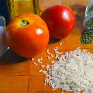 Italienische Kloster- Spezialität.Reis, Tomaten und Basilikum. Vegetarisches Reisgericht aus der italienischen Klosterküche.