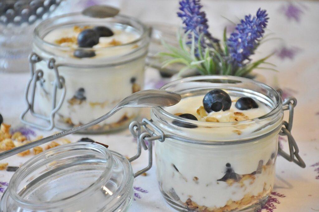 Joghurt mit frischen Früchten und Lavendelblütenhonig
