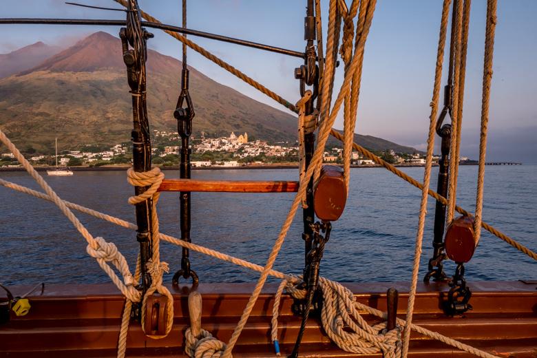 Liparische Inseln. Die S.V. Florette nimmt Kurs auf Stromboli.