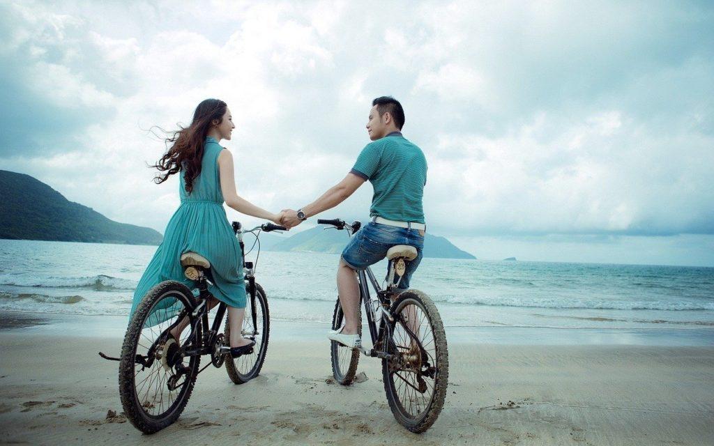 Fahrrad fahren zu zweit am Meer macht Spaß