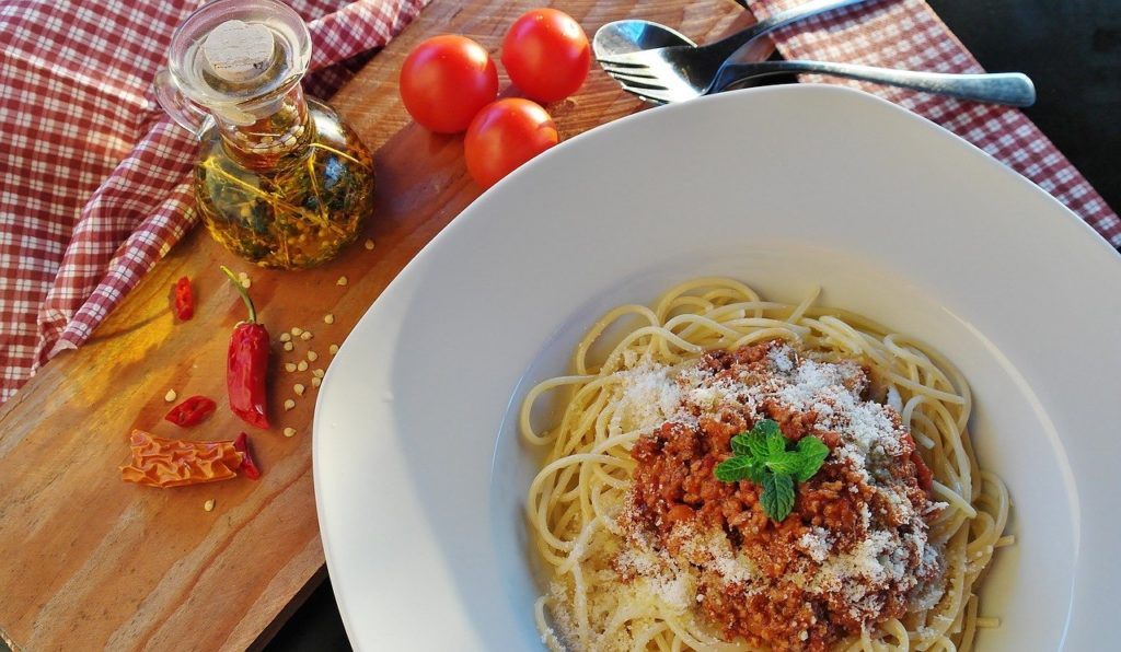Spagetti Bolognese kochen und in der Küche von Italien träumen.