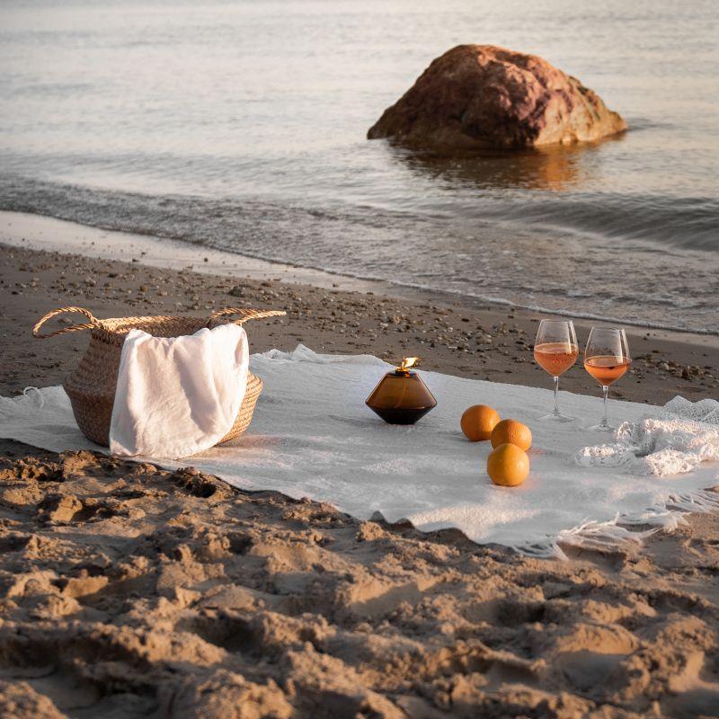 Romantisches Strand-Picknick am Abend